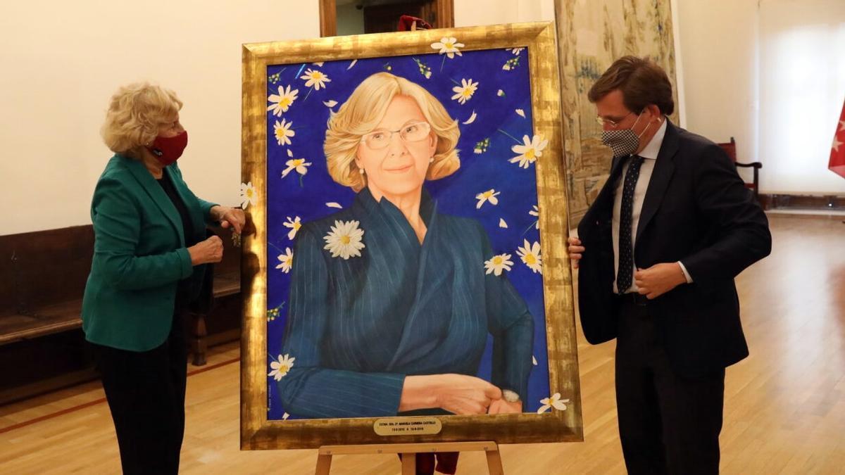 Manuela Carmena, junto a su retrato oficial, obra de Ángeles Agrela
