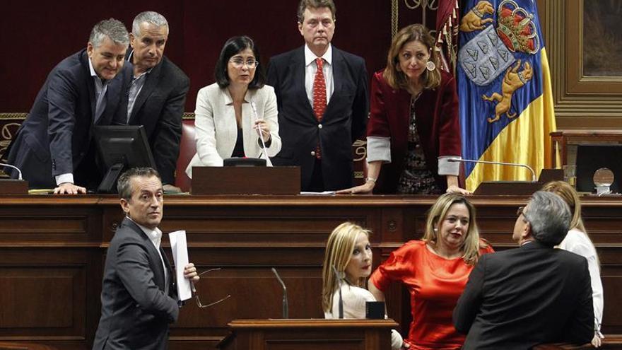 La presidente del Parlamento de Canarias, Carolina Darias (3ª i), mantiene una reunión con la Mesa y la Junta de Portavoces durante un pleno