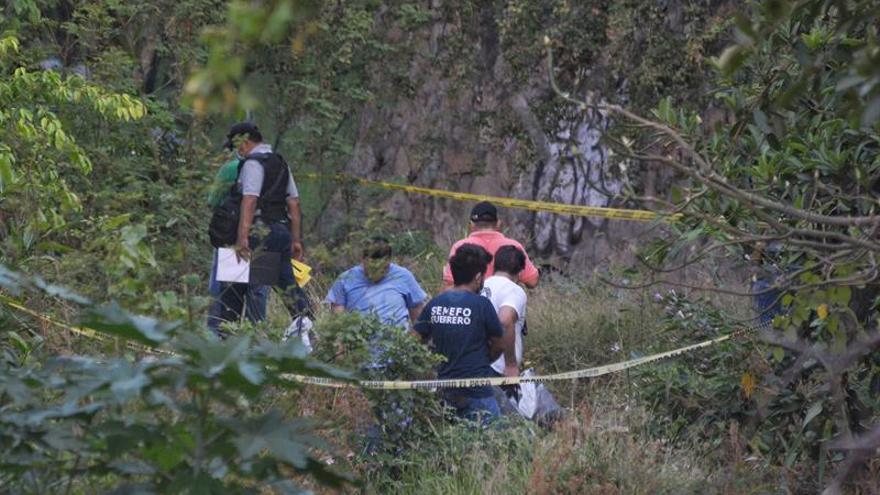 Hallan al menos diez cuerpos en fosa clandestina en Acapulco, sur de México