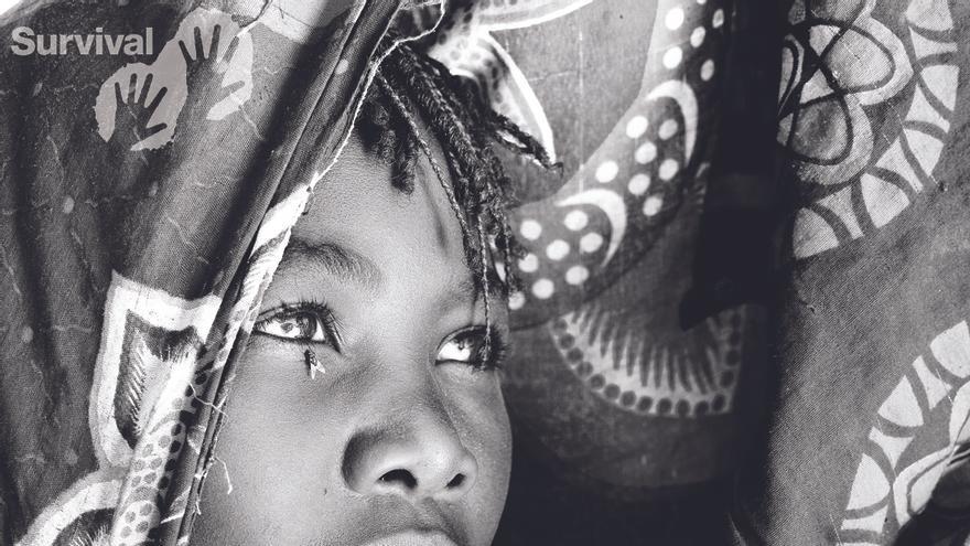 """Las mujeres indígenas conocen desde hace décadas el desplazamiento brutal, el terror, el asesinato y la violación a manos de invasores. Han sufrido la humillación de gobiernos que perpetúan la idea de que, de alguna manera, son """"atrasadas"""" o """"de la Edad de Piedra"""". Han visto cómo les arrebataban sus tierras, cómo aniquilaban su autoestima y cómo sus futuros se volvían inciertos. Incluso en el siglo XXI existe el mito de que las mujeres indígenas y sus comunidades son pueblos arcaicos condenados a extinguirse de forma natural.  Pero es únicamente este concepto el que está anticuado, no ellos. Las mujeres indígenas no están """"atrasadas"""" ni son """"primitivas""""; tienen sociedades complejas y en evolución que florecen cuando se las deja perseguir las formas de vida diversas y autosuficientes que han desarrollado a lo largo de los siglos. A pesar de su sufrimiento, la resistencia de muchas mujeres indígenas sigue aumentando en la actualidad. Survival International lleva cuarenta y cinco años ayudando a los pueblos indígenas a defender sus vidas, proteger sus tierras y decidir su propio futuro; y seguirá haciéndolo hasta que las mujeres indígenas y sus familias puedan permanecer en sus tierras y vivir como elijan./©Matilda Temperley"""