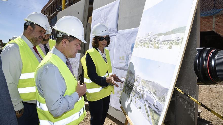 El presidente de Castilla-La Mancha, Emiliano García-Page, en las obras del nuevo hospital de Cuenca