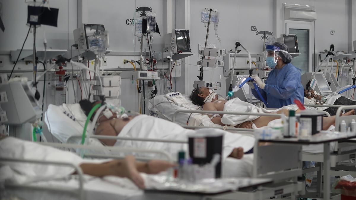 Personal médico realiza controles de rutina a pacientes COVID-19.