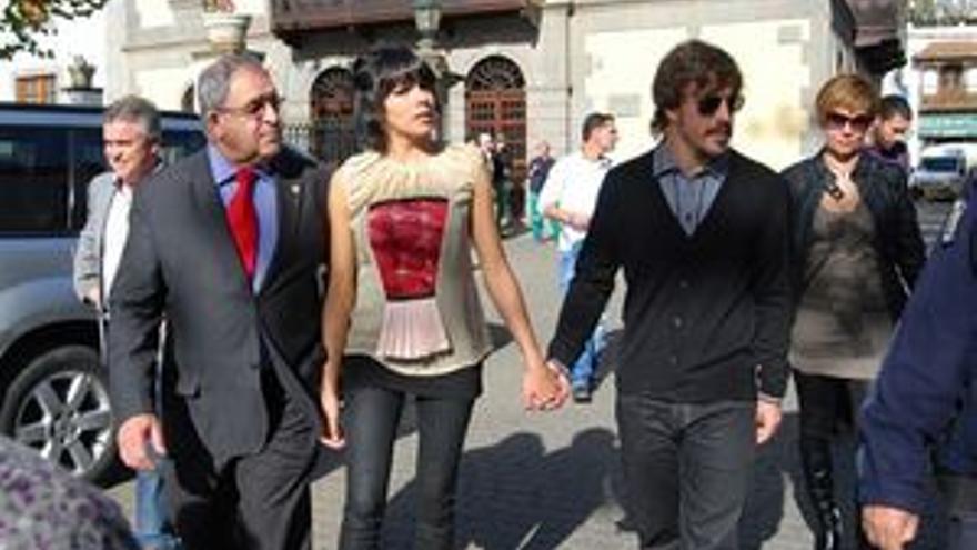 Raquel del Rosario, acompañada por Juan de Dios Ramos y Fernando Alonso.