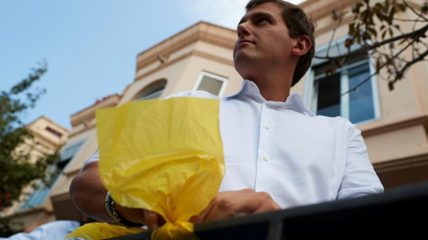 El presidente de Ciudadanos, Albert Rivera, quita lazos amarillos en Alella con sus propias manos.