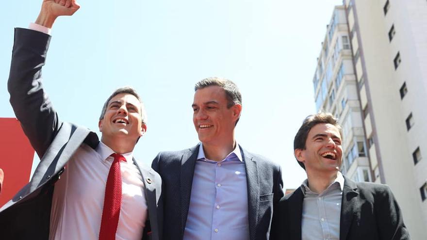 Pablo Zuloaga, con el puño en alto, junto a Pedro Sánchez y Pedro Casares en Santander.