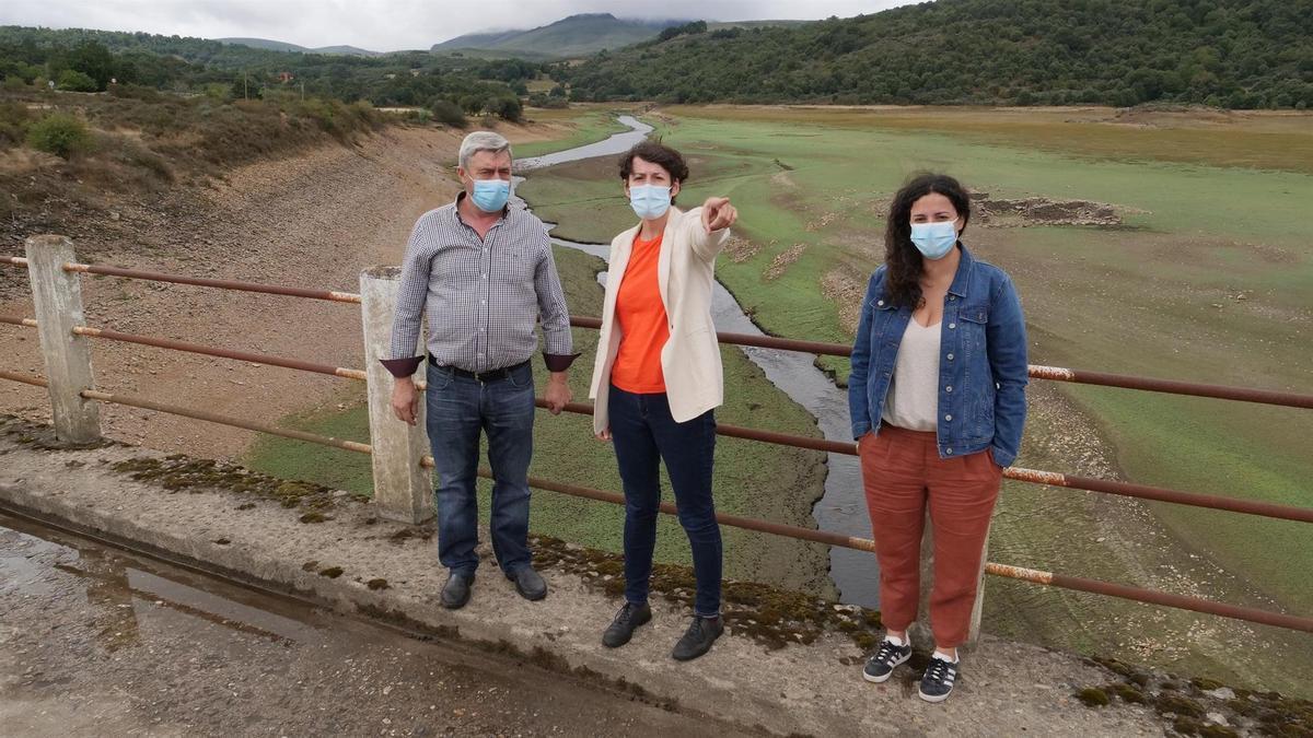 Ana Pontón, líder del BNG, durante una visita al embalse de O Vao, en Viana do Bolo (Ourense)