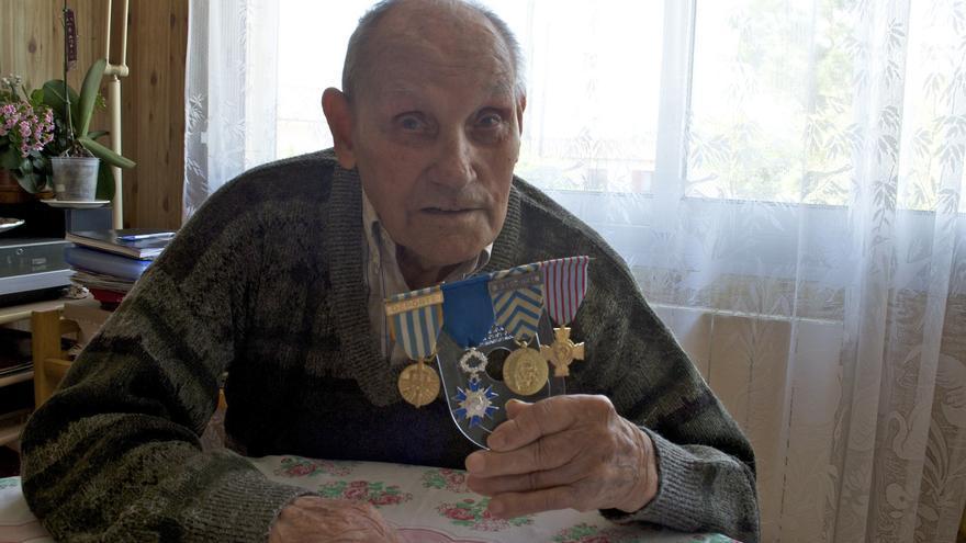 El deportado de Mauthausen Esteban Pérez muestra sus condecoraciones francesas