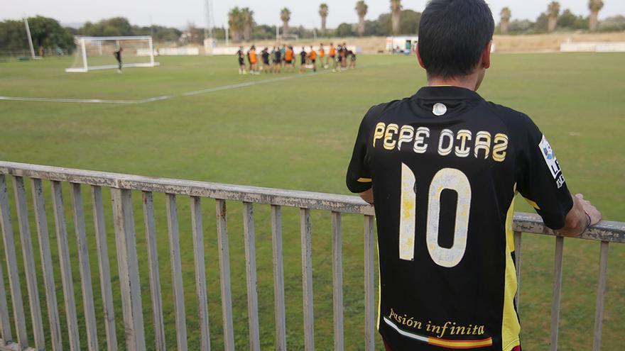 Un aficionado observa el primer entrenamiento de Sandoval en la Ciudad Deportiva | ÁLEX GALLEGOS