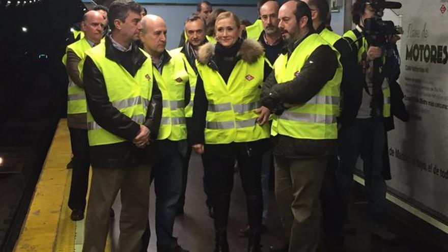 Cifuentes, durante su visita a la línea 1 / Comunidad de Madrid