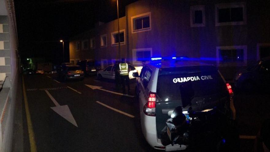 Presencia de la Guardia Civil junto a la casa de la mujer fallecida en Icod de los Vinos
