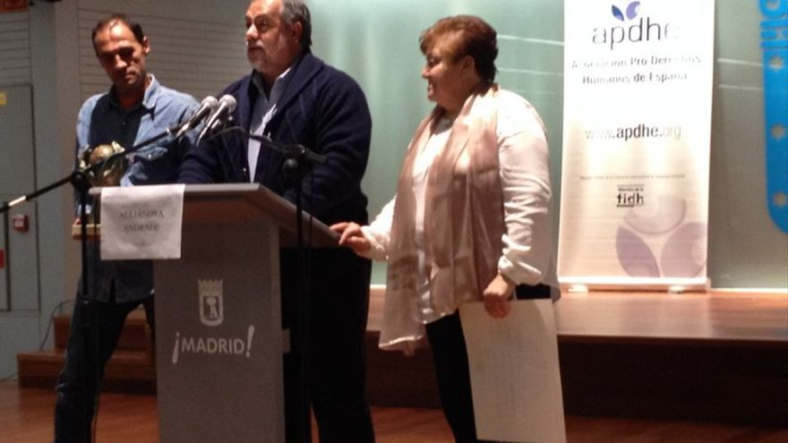 El párroco de San Carlos Borromeo Javier Baeza recoge el premio Nacional Derechos Humanos 2015 concedido por la APDHE / APDHE
