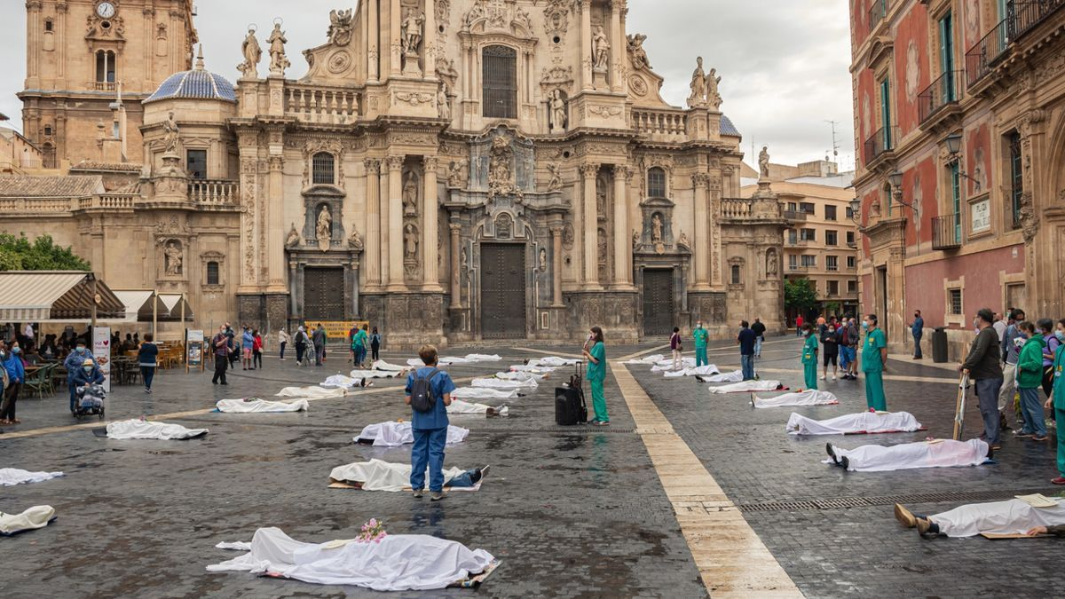 Extintion Rebelion Murcia reivindica la muerte por causas climáticas en la Plaza Cardenal Belluga