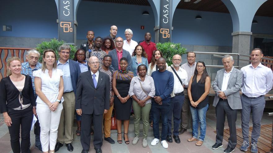 José Segura (tercero por la izquierda), en Casa África