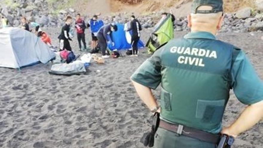 Desalojados 62 jóvenes de la playa de Los Patos, en La Orotava, en una acampada para contagiarse la COVID-19