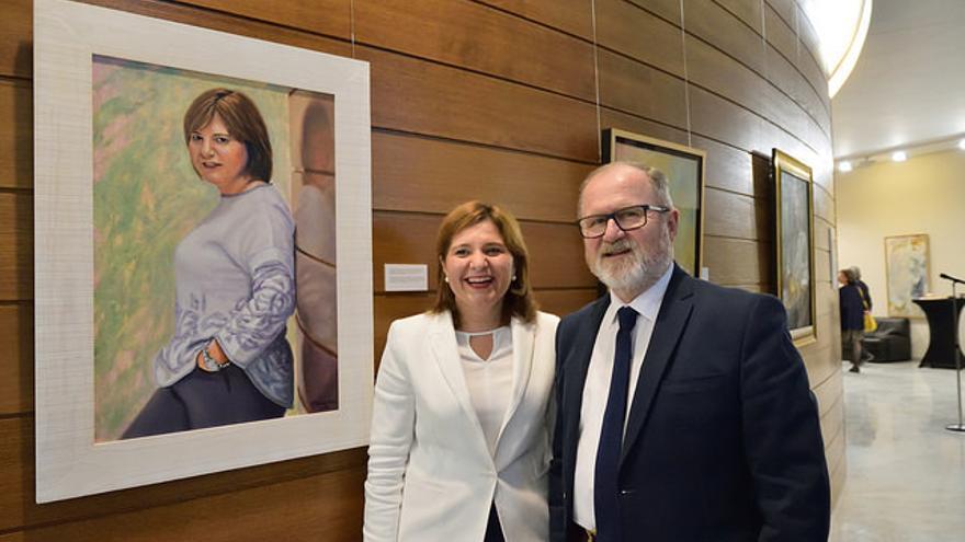 Isabel Bonig y Alejandro Font de Mora, en la exposición de las Corts.
