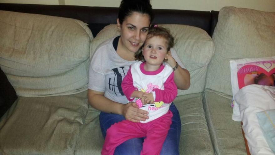 Patricia Martín redujo su jornada para cuidar a su hija Idaira, que sufre una grave enfermedad