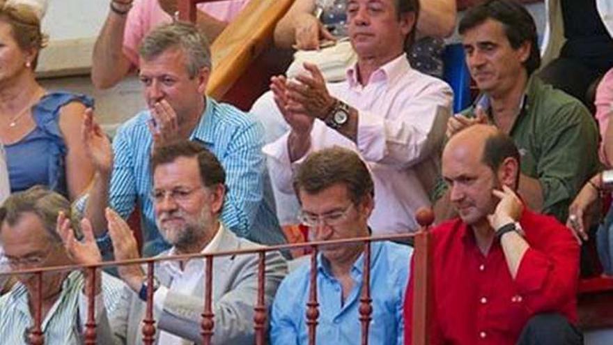Mariano Rajoy asistiendo a una corrida de toros en la plaza de Pontevedra junto a Núñez Feijóo, Rafael Louzán y Pachi Lucas