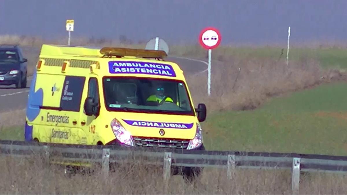 Una ambulancia del Sacyl recorre una carretera de Castilla y León.