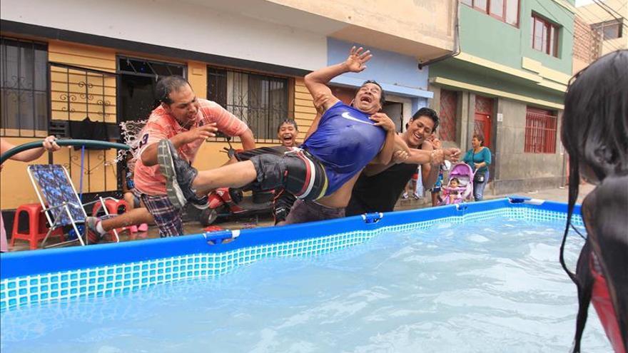 El carnaval de Lima, una fiesta derrochadora de agua en mitad del desierto