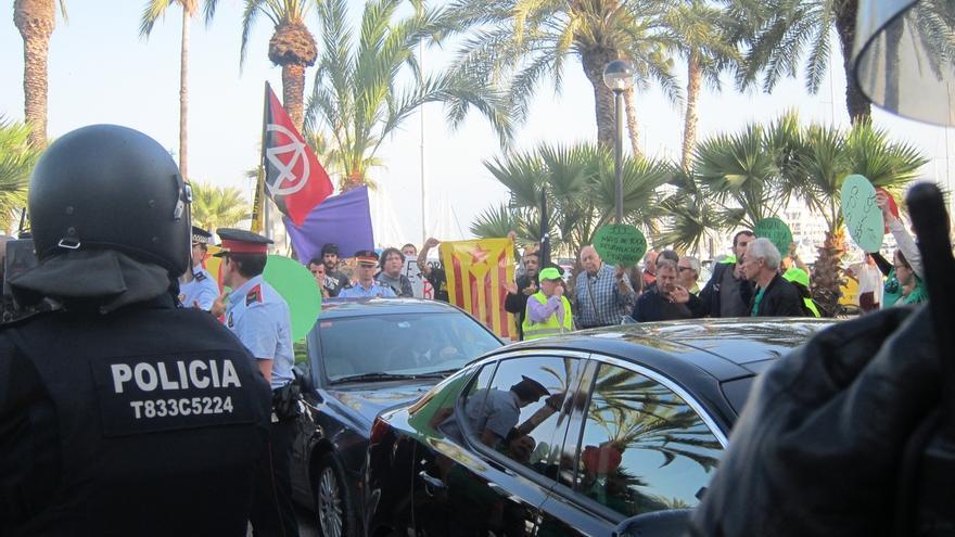 Manifestantes atacan el coche de Montoro a la salida de un mitin en Vilanova i la Geltrú (Barcelona)