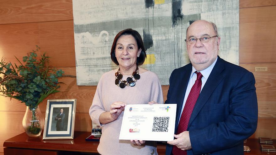 Dolores Gorostiaga, presidenta del Parlamento de Cantabria, y Juan José Sota, consejero de Economía. Presentación de los presupuestos 2017.