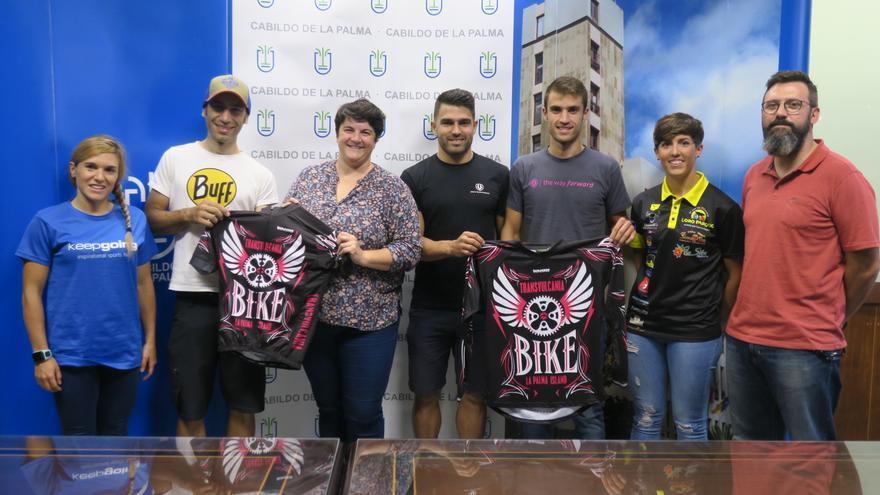 Ascensión Rodríguez con algunos de los ciclistas de la Transvulcania Bike.