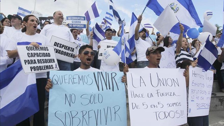 Cientos de salvadoreños se concentran contra la impunidad y por la gobernabilidad