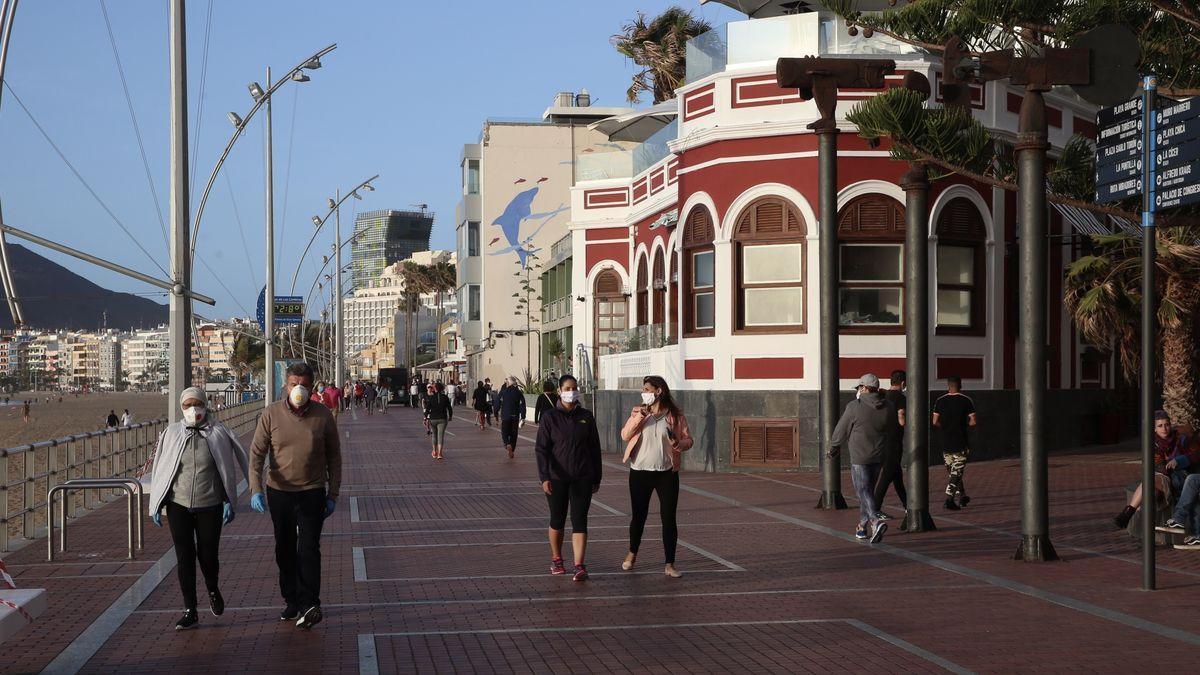 Gente con mascarillas paseando por Las Canteras, en Gran Canaria
