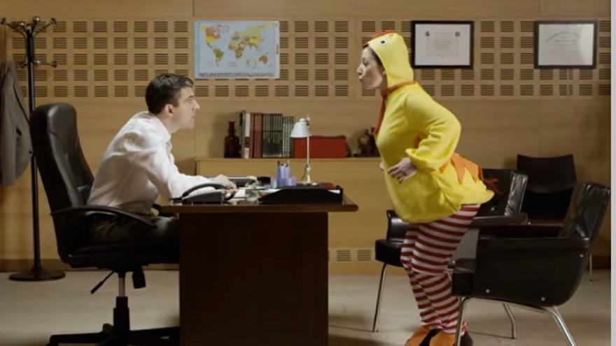 Uno de los ejemplos de qué no hacer en una entrevista de trabajo. / Foto: Santander Universidades
