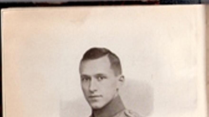 El escritor Ernst Jünger, vestido con su uniforme militar y sus condecoraciones
