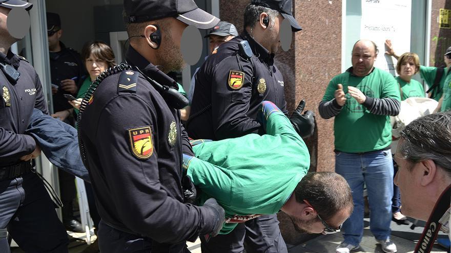 Desalojo de la PAH de oficina de Liberbank en Santander