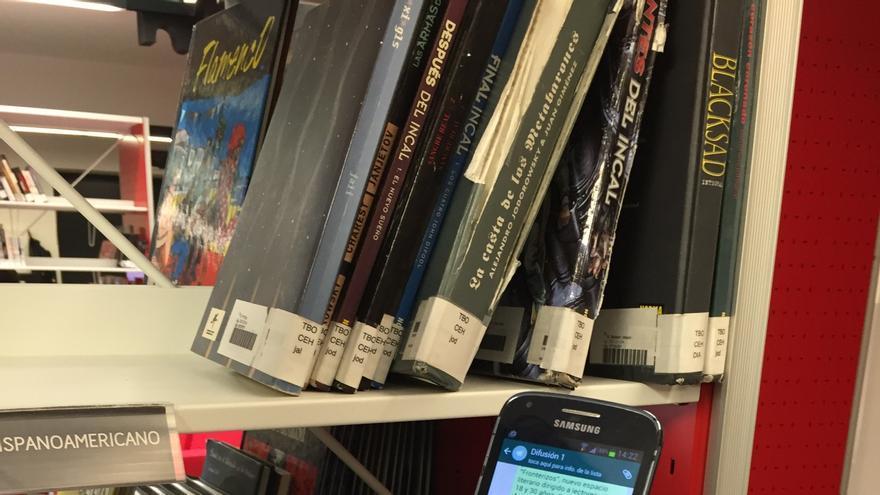 Una usuaria consulta el servicio de WhatsApp de la Biblioteca Insular del Cabildo de Gran Canaria