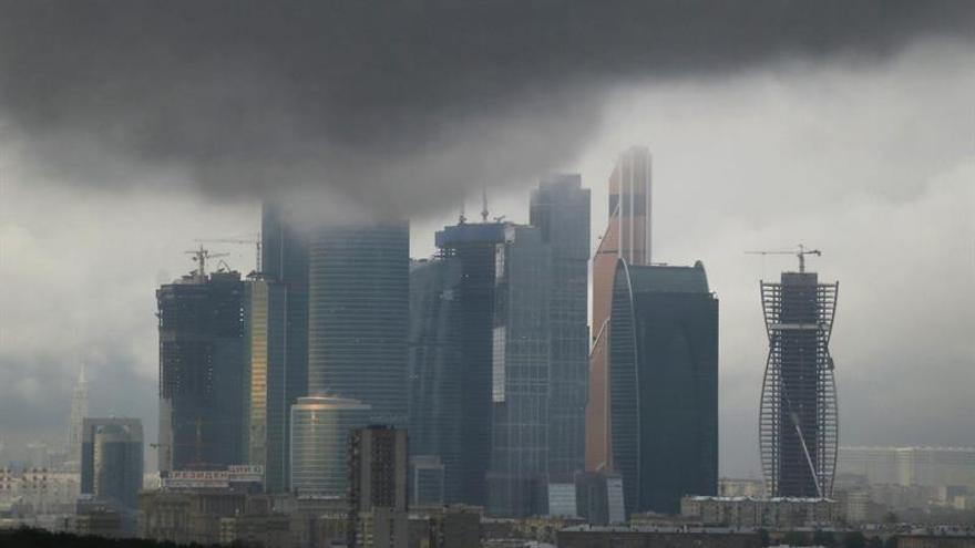 Un muerto, decenas de heridos y mil arboles caídos por una tormenta en Moscú