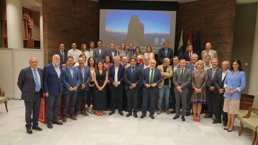 El Parlamento de Canarias rinde homenaje a Risco Caído y las Montañas Sagradas de Gran Canaria
