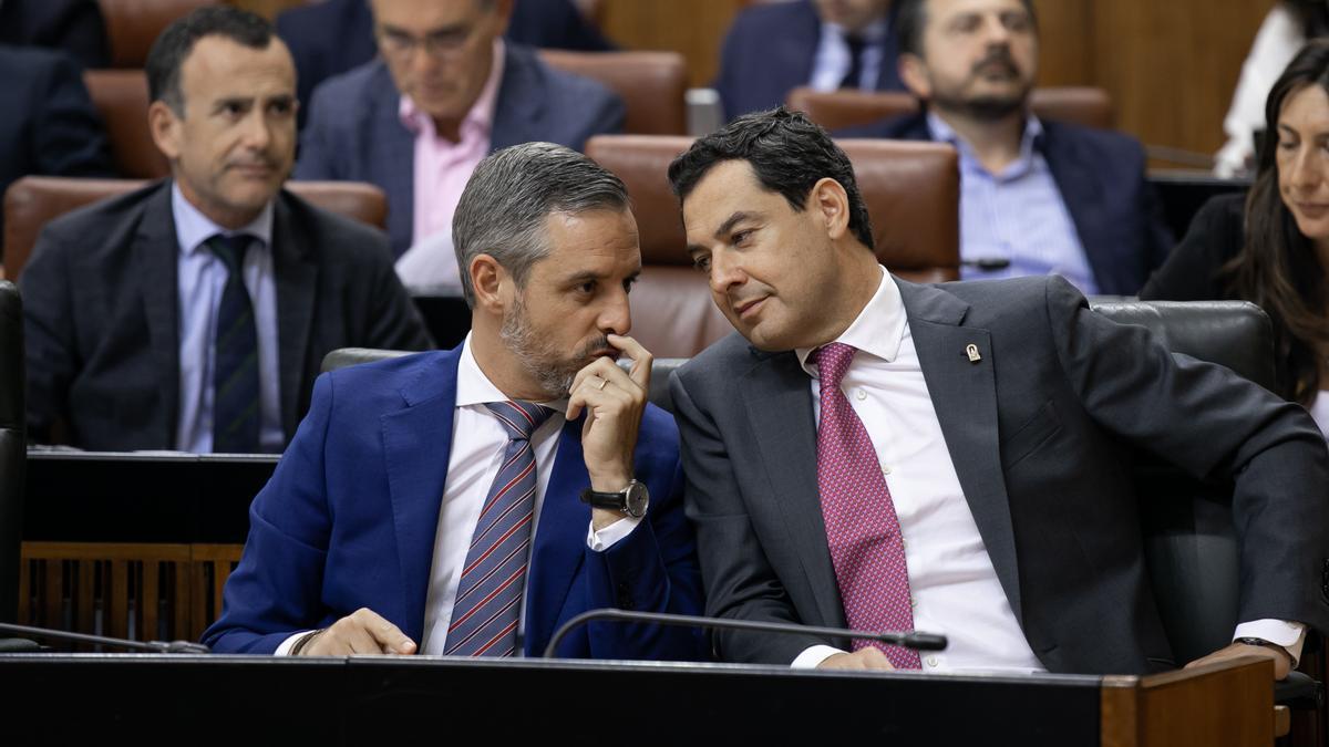 El presidente de la Junta Juanma Moreno (d) junto al consejero de Hacienda, Industria y Energía, Juan Bravo (i).