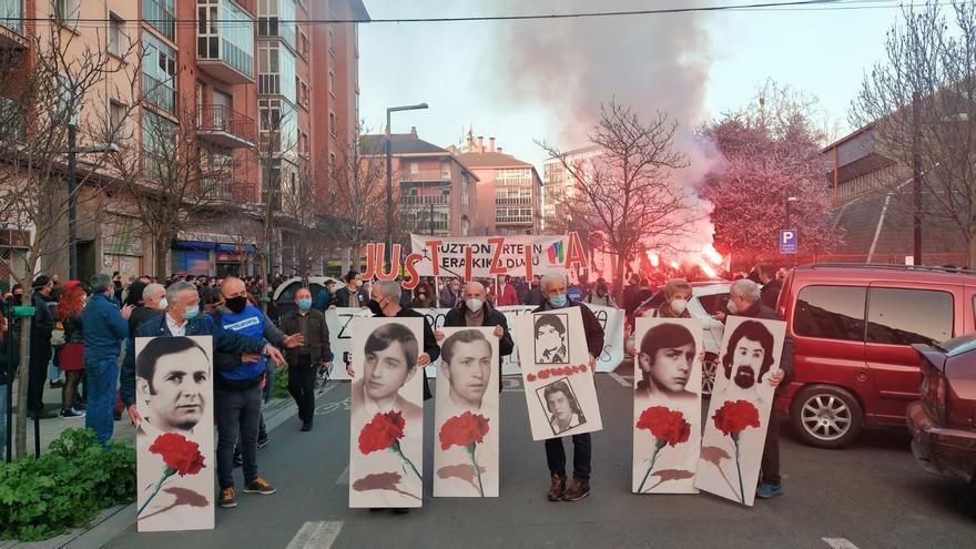 """Miles de personas se manifiestan en Vitoria en recuerdo de las víctimas de la matanza del 3 de marzo de 1976 y reclaman una """"memoria integral"""""""