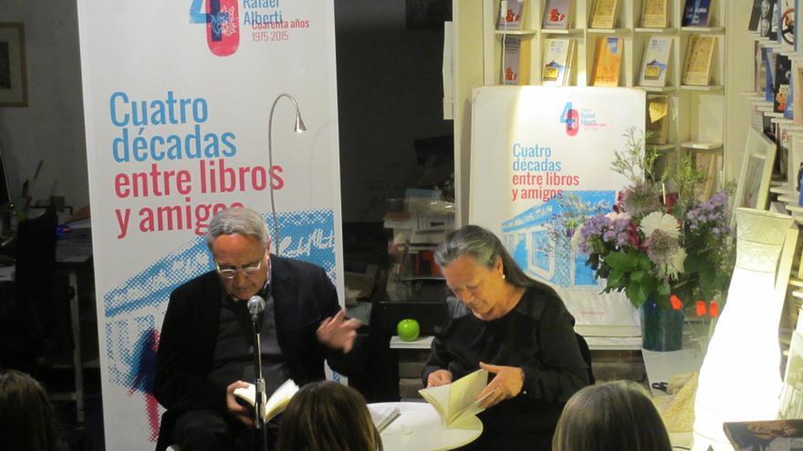 Vicente Molina Foix y Elsa López en la librería Rafael Alberti de Madrid.
