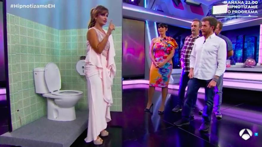 Mónica Cruz estrena sección en El Hormiguero con clases de glamour en un baño