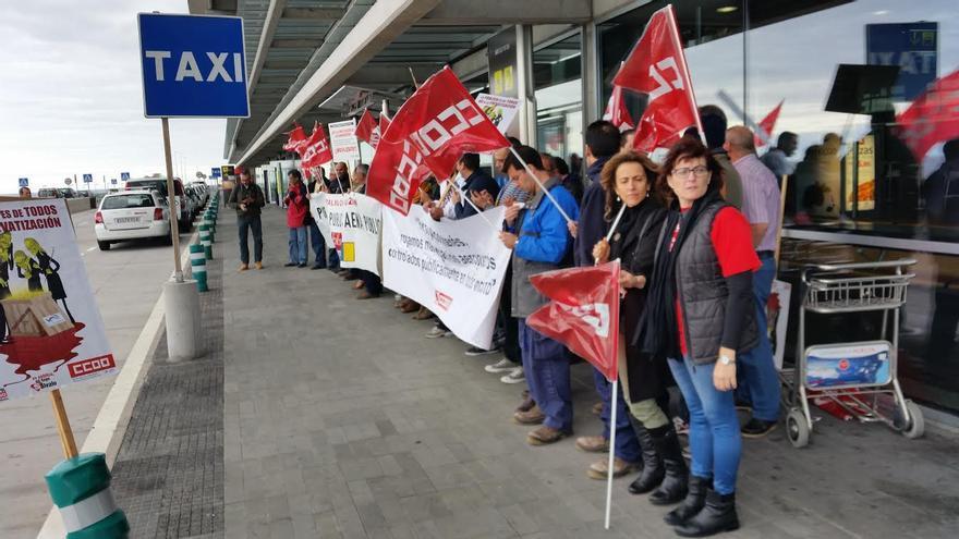 En la imagen, concentración de trabajadores de AENA este viernes frente al edificio terminal de pasajeros del Aaeropuerto.