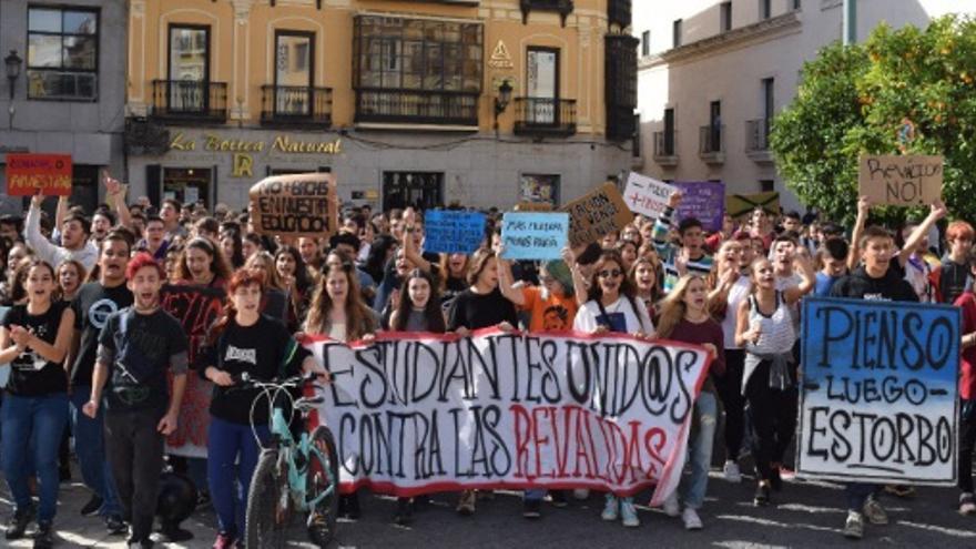Cientos de jóvenes se echan a las calles de Badajoz / @CEstudiantilB