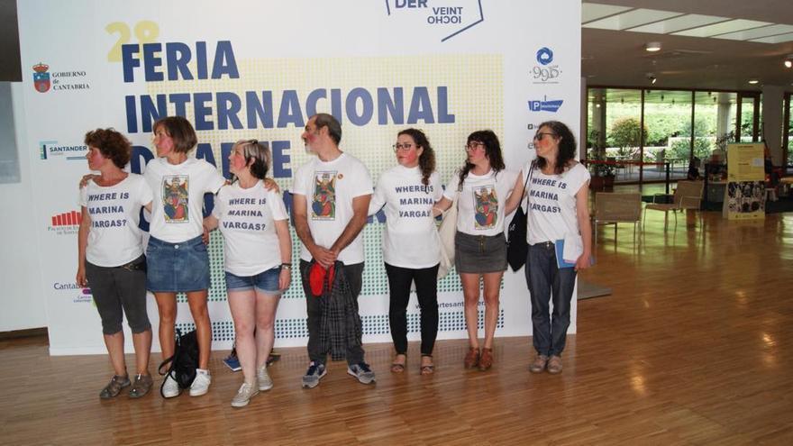 Activistas exhiben camisetas y la cara pintada de rojo. | INSTAGRAM MARINAVARGAS_STUDIO