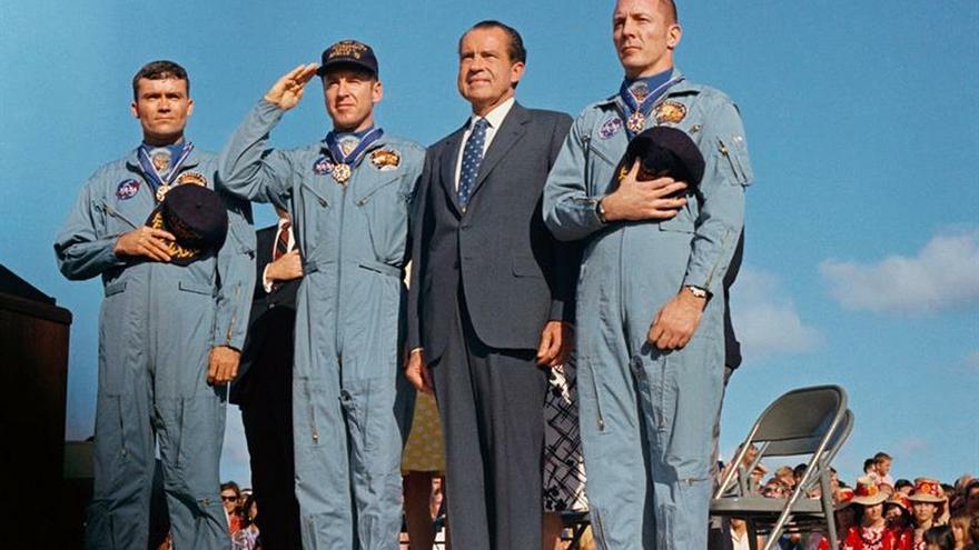 Fotografía cedida por la Administración Nacional de la Aeronáutica y del Espacio (NASA) donde aparece el presidente estadounidense, Richard Nixon (2d), mientras posa junto a los astronautas miembros de la tripulación principal de la misión de aterrizaje lunar del Apolo 13, el comandante James A. Lovell Jr. (2i); el piloto del módulo de comando, Fred W. Haise Jr. (i), y el piloto de módulo, John L. Swigert Jr., durante una ceremonio de saludo de bandera en la Base de la Fuerza Aérea Hickam en Hawai.