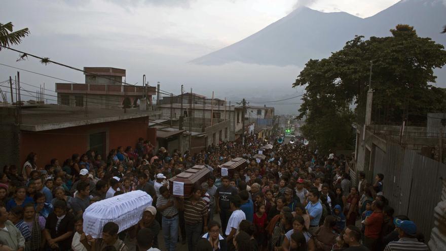 La gente carga los ataúdes de siete personas que murieron durante la erupción del Volcán de Fuego. Los residentes de las aldeas que bordean el El volcán comenzaron a llorar a los muertos después de que una erupción que sepultó la zona en cenizas abrasadoras y barro. Foto AP / Luis Soto