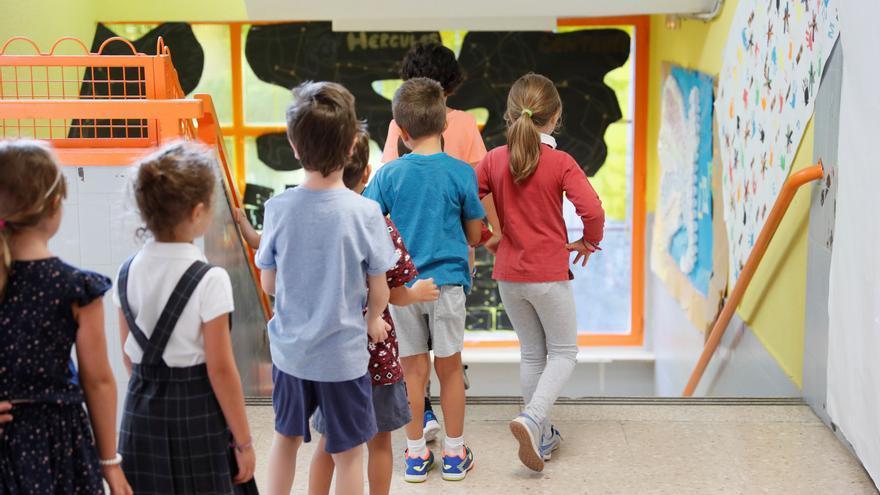 Varios niños acceden a las aulas de su centro escolar. EFE/Fernando Alvarado/Archivo