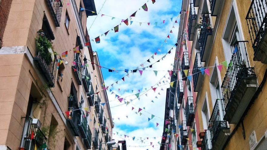 Banderines uniendo balcones en una calle de Malasaña durante el confinamiento   SOMOS MALASAÑA