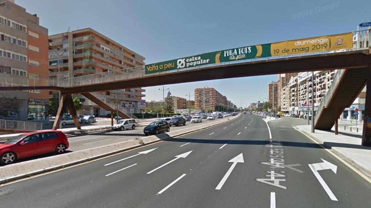 Una de las pasarelas sobre la avenida de Ausiàs March.