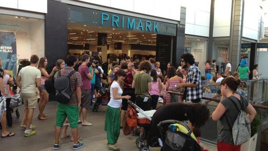 Reunión de madres y padres en la tienda Primark de El Prat de Llobregat (Barcelona). \ @jpiulachs