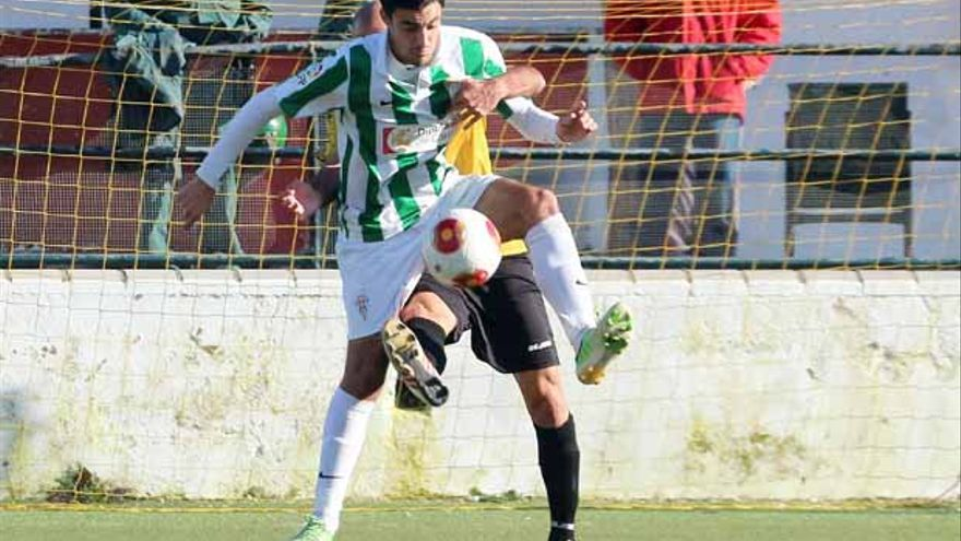 Mane trata de mantener un balón ante la presión de un rival FOTO: LARREA