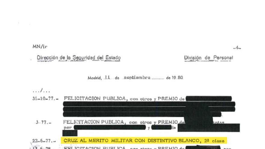 La hoja de servicios del policía Antonio González Pacheco, anonimizada casi en su totalidad por la Dirección General de la Policía, en la que se ve su quinta medalla