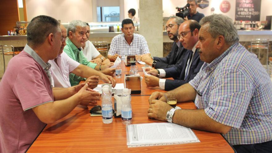 Pedro Antonio Sánchez se reúne con los agricultores
